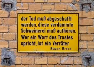 Bazon_Brock_-_Der_Tod_muss_abgeschafft_werden_-_Prägeschild_in_Berlin_Hackesche_Höfe